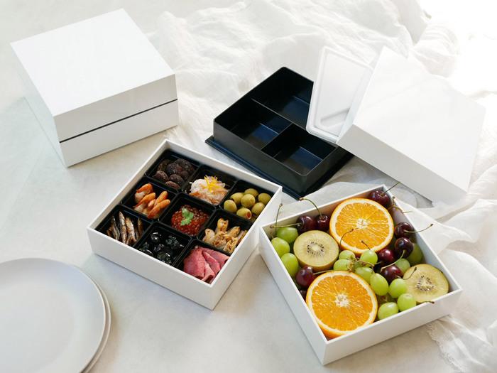 シンプルで真っ白で清潔感のあるスタイリッシュな重箱なら、ハレの日も思い立った休日のピクニックも、気負わず気長に付き合っていけそう。  ちらし寿司やフルーツを盛り付けても、真っ白い重箱に彩りよく映えますね。  インナーケースが付いているのもうれしいポイント。盛り付けが苦手でも盛り付けやすく、キレイにまとまります。