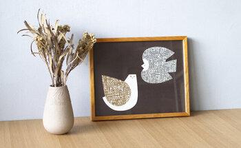 2羽の鳥が描かれたポスターのようですが、こちらも2枚のポストカードを組み合わせたもの。台紙を黒にすることで、ちょっぴりシックなお部屋にも合わせられそうです。
