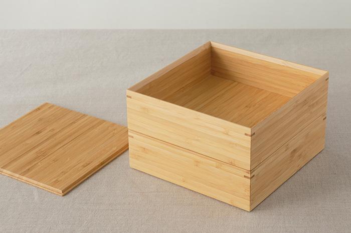なめらかな木肌ですっと入った木目が美しい、どこまでもナチュラルな竹製の重箱。  ウレタン加工されているので、水キレもよくお手入れしやすくなっています。  内面も漆ではないので、小鉢や小皿を入れたりと、いろいろな演出にチャレンジできますね。