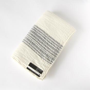 手摘みのオーガニックインド綿で作られた、ガーゼ生地とパイル生地の二重構造のタオルです。ふんわりと柔らかな質感で、肌に優しくしっかりと水分を吸収してくれます。伝統ある今治産のタオルです。