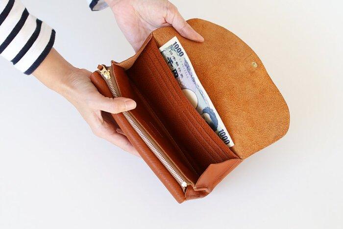 内側は大容量のカードケースと仕切り、ファスナー付きのポケットに分かれています。お札やレシート、ポイントカードも楽々収納できて便利そうです。