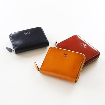 牛革でできたコンパクトなお財布は、上質な艶と滑らかさが大人にふさわしいお財布です。さり気なく押されたブランドのロゴがアクセントになっています。
