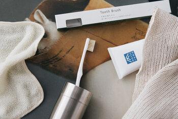 豚毛100%で出来た、天然素材の歯ブラシです。柔らかく柔軟性のある豚毛は、歯茎を傷つけずに歯のお掃除をすることができます。また一般的なナイロンの歯ブラシと異なり、毛先が広がらずに摩耗して短くなっていくので長く使うことができるのも特徴です。