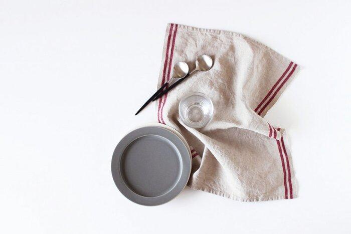 リネンのキッチンクロスはナチュラルな風合いと高い吸水性が魅力です。サイドのラインがポイントで効いていて、キッチンをおしゃれに見せてくれそう。丈夫で長持ちするように作られているので、キッチンでの良き相棒になってくれるはずです。