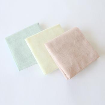 ニュアンスのある優しい色合いが、春を迎えるのにぴったりなふきんです。奈良の蚊帳織りの技術で織られたふきんは、使うほどに柔らかく馴染んでいきます。しっかりと水分を吸収してくれて、機能も◎です。
