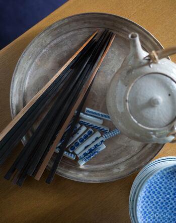 黒檀でできた木のお箸は、無塗装で素朴な風合いがあります。使い込むほどに艶や味わいが増し、生活に寄り添ってくれるお箸です。繊細な箸先で使いやすく、食事の味わいも違って感じそうです。