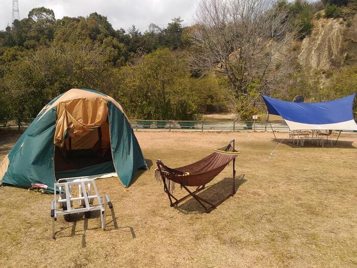初心者向けにキャンプ道具一式と夕・朝食バイキングが付いた「手ぶらキャンプ」もあります。タープやハンモックも付いている充実ぶり。ホテル内の温泉も近く、お得に宿泊もできておすすめのプランです。