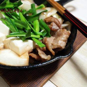 スキレットで作る肉豆腐鍋です。豚バラ肉のうま味が野菜や豆腐に染みておいしくいただけます。ニラやニンニクも入れてスタミナもアップ!仕上げにに卵を落として食べても◎