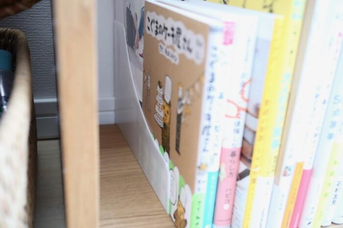 2段に収納できるコミックスタンドは、漫画の収納はもちろん本棚として大活躍!奥の本も取り出しやすいので、見たい時にさっと取り出せる手軽さも嬉しい♪