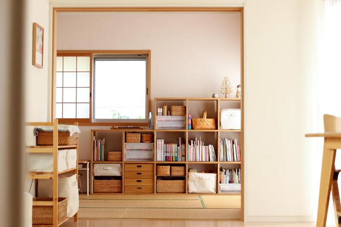 実は和室にもしっくり馴染むスタッキングシェルフ。木の温もりが畳との相性抜群なので、置く部屋を選ばず使うことができます。レイアウトを変えれば、また違った印象を楽しむこともできそうですね。