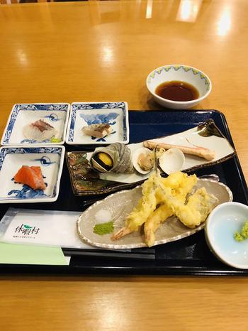 天ぷらやお寿司は、カウンターから提供されているので、出来立てをいただくことができます。他にも和洋様々なメニューがあり、お子様メニューやスイーツも充実しています。