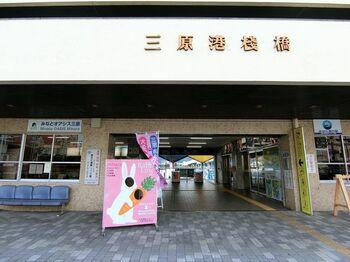 土日祝日なら、三原駅から徒歩5分の「三原港」から、高速船「ラビットライン」が出ています。三原駅には新幹線「こだま」が停まり、広島空港からはバスで38分とアクセスに便利。途中、無料駐車場のある「須波港」を経由し、1日5本運行しています。