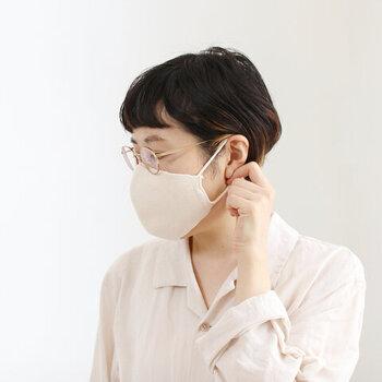 オーガニックコットンでできたニットマスクは、ふんわりとした質感が秋冬の服装にも似合います。耳に掛けるゴム紐にも、柔らかなオーガニックコットンが使われていて、長時間着けていても快適です。