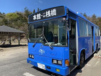 島内に宿泊する際や食事などは、「第二桟橋前」から出発する無料の送迎バスで、「休暇村 大久野島」本館へ向かいます。徒歩でも10分ほどで到着します。