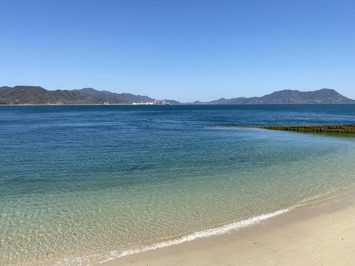 綺麗な砂浜の海岸。心地よい静かな波の音。のんびりと釣りも楽しめます。