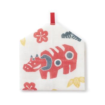 折りたたむと絵馬のように見えるループ付きかや織ふきん。フックなどに掛けてお正月飾りとして楽しめます。会津の郷土玩具「赤べこ」×縁起のいい松竹梅が組み合わさった絵柄は2021年にぴったり。