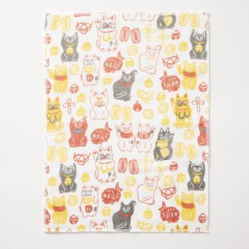 おめでたい柄のふきんをそのまま壁に飾っても立派なお正月飾りに!「鈴招き猫」にはユーモラスな招き猫のほか、五円玉や小判など、金運アップのモチーフがぎっしり。