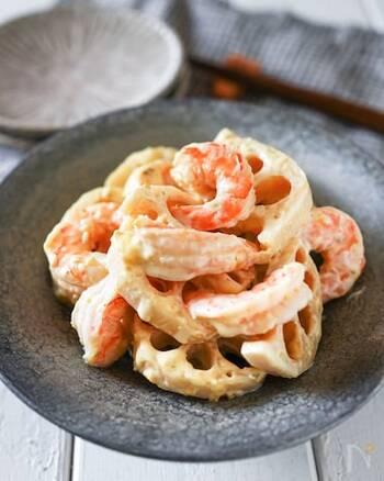 柚子胡椒とマヨネーズは相性抜群!れんこんとボイルえびは茹でてから、調味料を絡めます。素材を変えてアレンジしても良いですね。お弁当のおかずにもおすすめ。