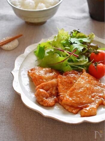 甘辛い味付けに柚子胡椒をプラスした、生姜焼きならぬ柚子胡椒焼き。焼いた豚肉に、調味料を加えて炒めれば出来上がりです。辛いのが好きな方は、柚子胡椒の量を増やしても◎