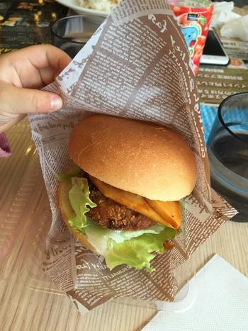 同じ国民休暇村内にはカフェもあってとっても便利。こちらは、大久野島のある竹原市名産の筍も入った「テリヤキ牛コロッケバーガー」。このあたりでしか食べられないご当地バーガーです。