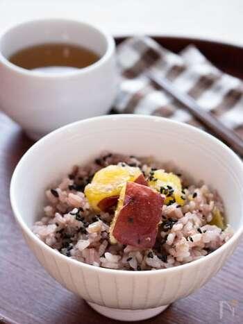 カフェでよく見る雑穀ごはんも家庭の炊飯器で簡単に炊けます。お米のもちもち、黒米のプチプチ、さつまいものホクホクと食感が楽しいごはんです。