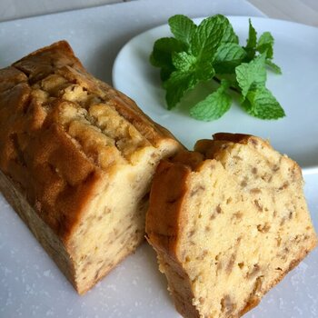 高知産の生姜を、数種の香辛料とはちみつで煮込んだものがたっぷり入ったパウンドケーキ。切ると生姜の香りがふわっと広がります。1本24cmあるので、2cmぐらいの少し厚めにカットするがおすすめ。