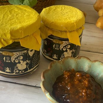 滋賀県信楽で仕込んだお味噌と、近江地鶏の鶏そぼろに生姜を加えた甘辛いおかず味噌。甘めのお味噌と生姜の風味が合わさってやみつきになること間違いなしですよ。