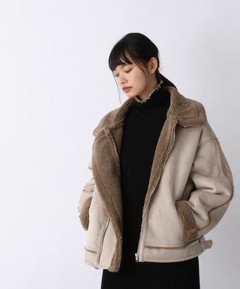 人気のオーバーサイズデザインですが、ムートンジャケットでも登場しているため、今っぽい旬なスタイルを手軽につくれます。ワンピやスカートと合わせると女性らしい華奢さが強調されるので、体型カバーにもおすすめです。
