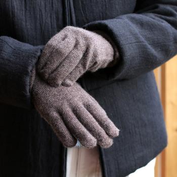 「繊維の宝石」とも呼ばれるカシミヤで編み上げられた手袋です。しっとりとやわらかな肌触り、軽やかな着用感はカシミヤならでは。
