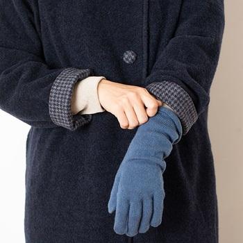 冷えやすい手首をしっかりと覆ってあたためる、長めの丈がうれしい。リブのないデザインで手首をしめつけず快適な着け心地です。シンプルで上品なデザインなので、贈りものにも最適ですね。