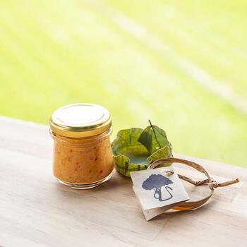 柚子胡椒ならぬ「生姜こしょう」は、環境にこだわる生姜農家さんによって作られています。生姜や唐辛子などの原材料は、自然栽培や有機栽培。さらに、瓶を包む葉っぱや縛り紐など生姜を使ったナチュラルなパッケージにも注目です。