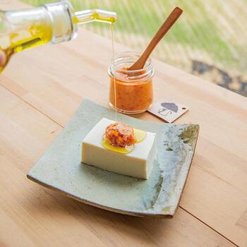 農家さんイチオシの食べ方は、お豆腐にトッピングしてオリーブオイルやごま油をかけるもの。生姜や唐辛子の辛さに、ほど良い塩気が抜群。野菜炒めの調味料にもおすすめですよ。