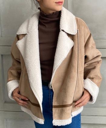 ライダースは、フライトジャケットと比べて生地感が厚すぎないことが特徴です。オープンカラーで、顔周りがスッキリとしたデザインも多く、重ね着スタイルでも気太りしにくいというメリットがあります。ムートンジャケットを初めて買う方にも、気軽にコーデしやすいデザインです。