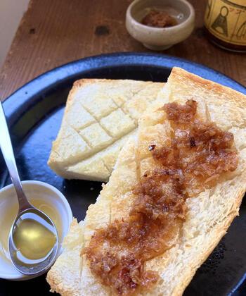 ジンジャーシロップに使っていた黒糖やはちみつの甘さが残っているので、バタートーストにのせてもおいしいんですよ。パクチーサラダにのせてエスニック風、炒めものやチャーハンの調味料にといろいろなアレンジを楽しめます。