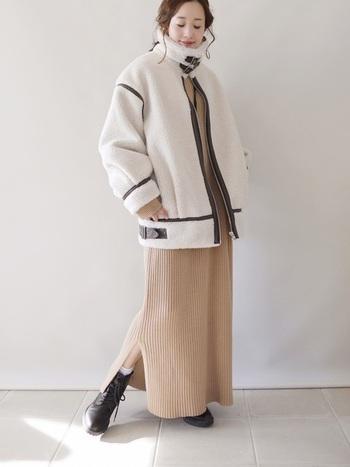 女性らしい雰囲気を出してくれるスリットスカート。カジュアルなムートンジャケットも白で爽やかに組み合わせれば、おめかしスタイルに♪見た目にも暖かな季節感たっぷりのコーデです。