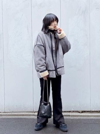 人気上昇中のフレアパンツは、脚を長くみせて下半身をスッキリとした印象に仕上げます。そのため、ムートンジャケットのボリューム感もカバーし、スタイル良く着こなせるアイテムです。