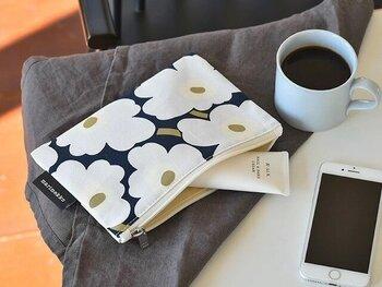 北欧を代表する「マリメッコ」のポーチは、大人かわいくてシンプルなのが魅力です。マチが入っていないフラットなデザインで、バッグの中でかさばらないのもポイントです。