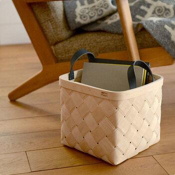 床に直接ものを置くことを防ぐために、バスケットを活用するのもおすすめ。毎日使うバッグや読みかけの雑誌など、ちょっと床に置いてしまいそうなものを収納するために役立ちます。