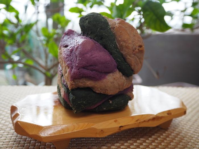 インパクト抜群の「クレヨン」は、その日に作るパンから3種類を選んで重ね合わせたもの。着色料は一切使っていないのに、こんなに鮮やかなのは素材が新鮮な証拠。