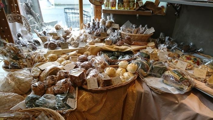 深緑色の「よもぎパン」をはじめ、とうもろこしやかぼちゃ、にんじんなど野菜を練り込んだり混ぜたパンがたくさん。身体に優しい素材を使用したパンは、地元のママさんたちにも評判です。
