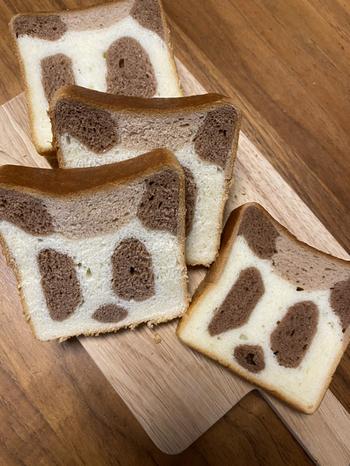 カットすると金太郎飴のようにパンダが現れます。茶色の部分はココア生地で、ほんのり甘め。好みの厚さにスライスして、朝食やおやつ代わりにいただきましょう。  ちなみに、「パンダクリーム」や「あんパンダ」などほかにもパンダモチーフのパンがあるので、ぜひチェックしてみてください。