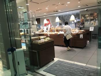 JR山手線上野駅の中央改札口すぐの場所にある「ANDERSEN(アンデルセン)」。全国展開しているパン屋さんですが、上野店には人気の限定食パンがあるんです。