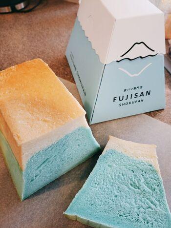 その名も「FUJISAN SHOKUPAN」。カットするとブルーとホワイトのコントラストが美しい富士山が現れます。よく見ると裾が広がっていてちゃんと山型になっているんです。富士山の天然水や山梨県産の巨峰ジュース使った、芳醇な香りと上品な甘さが特徴、