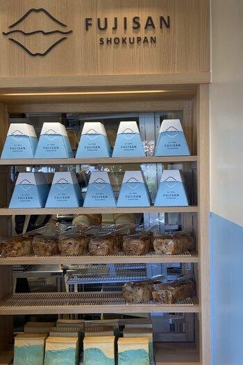 ショーケースにずらりと並ぶのは、爽やかな水色のパッケージ。この富士山デザインのボックスに入っているパンがフォトジェニックと、SNSでも注目されています。
