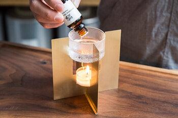 インテリアとしてもお洒落な「APOTHEKE FRAGRANCE(アポテーケ フレグランス)」のフレグランスオイルバーナー。 上段のグラスに水を入れ、そこへフレグランスオイルを垂らし、キャンドルで温めて香りを楽しみます。