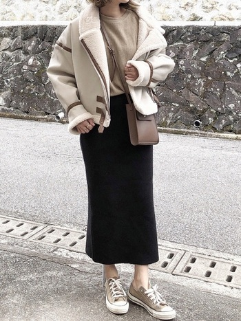 女性らしいタイトスカートを合わせてカジュアルに。ボトムスがスッキリしているのでスタイルアップ効果もあり、品良くスマートな印象にみせることができます。