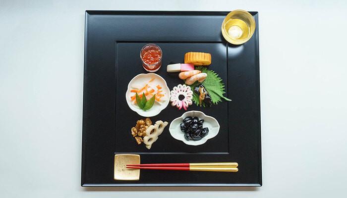 重箱と相性の良い漆塗りの敷膳プレート。おせちを取り分けてもおしゃれなプレートに。  取皿との違いは、グラスやおちょこ、お箸をプレート上にセットできること。  省スペースで美しいテーブルコーディネートが叶います。