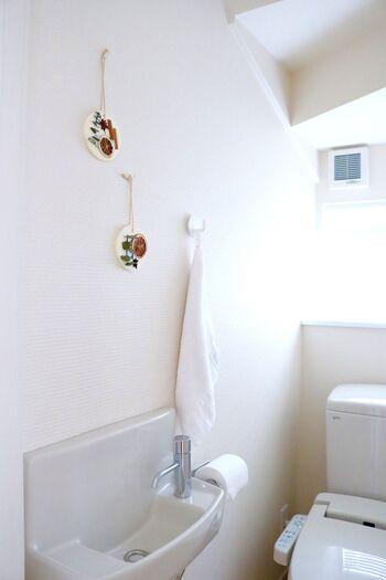 サシェを使えば、生活感が出がちなトイレも芳香しながらおしゃれに彩ることができますよ。インテリアや季節に合わせて付け替えても◎