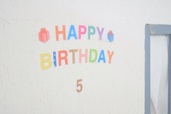 100円ショップダイソーに売られている、カラフルなバースデイウォールステッカーを壁にペタリ。年齢用の数字もセットになったアイテムなので、お祝いする年齢に合わせて使い分けができます。