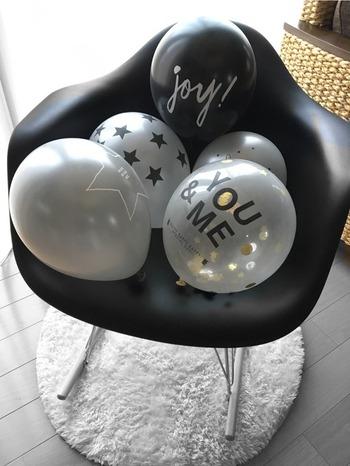 ダイソーのモノトーンデザインのバルーンを、いくつか膨らませて椅子に置いて。シンプルな演出なのに、モノトーンの組み合わせなだけでおしゃれな雰囲気を手軽に叶えてくれます。ホテルなどの部屋で誕生日のお祝いをする際にも、使える飾り付けですね。